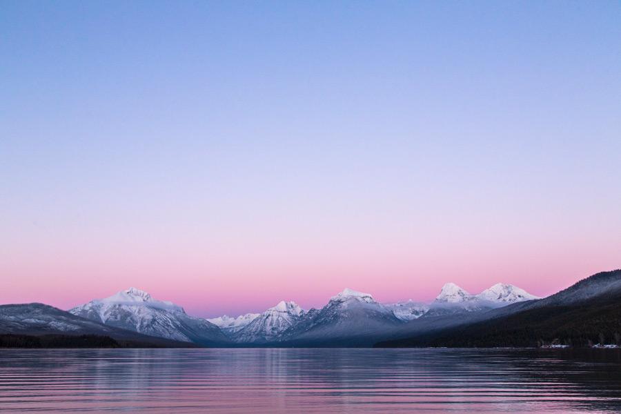 フリー写真 夕暮れのマクドナルド湖とロッキー山脈の風景