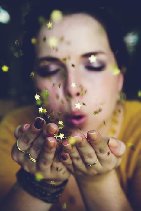 フリー写真 小さな星を吹き飛ばす外国人女性