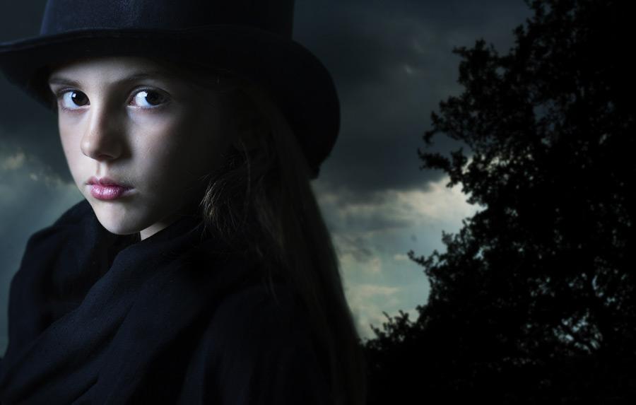 フリー写真 魔女の姿をした外国の女の子