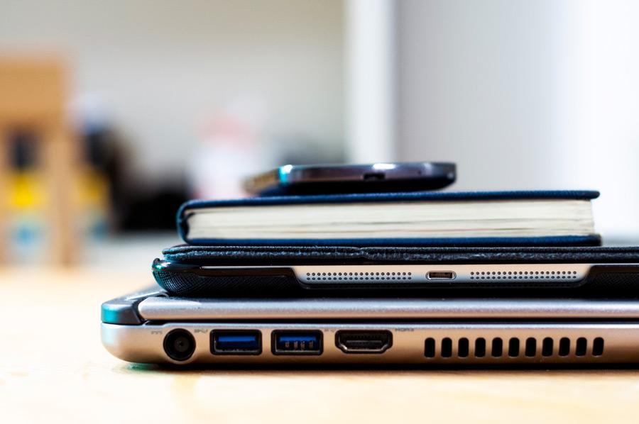 フリー写真 ノートパソコンとタブレットPCと本とスマホ
