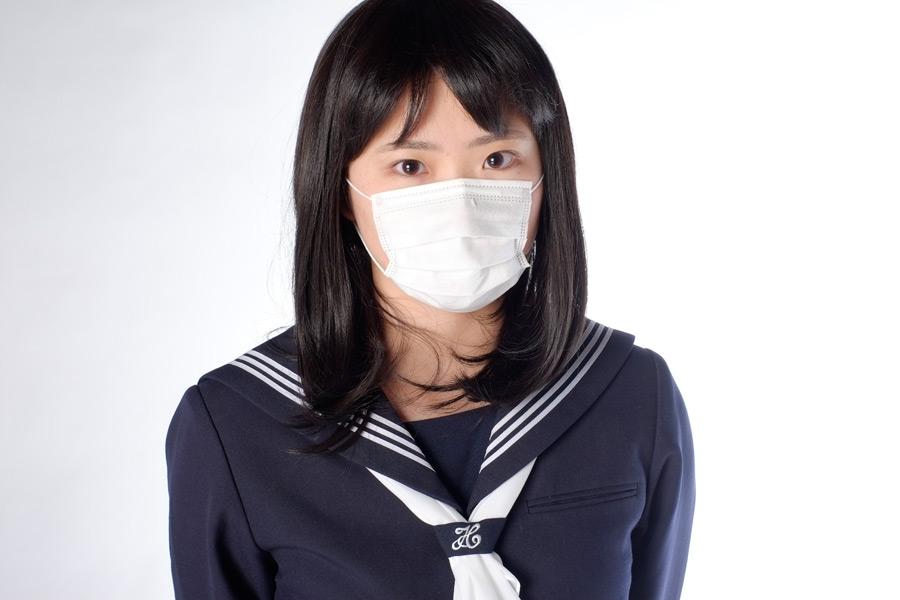フリー写真 マスクをした女子高生