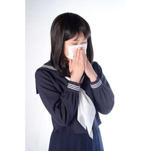 フリー写真, 人物, 少女, アジアの少女, 日本人, 少女(00048), 学生(生徒), 高校生, セーラー服(学生服), 学生服, 衛生マスク, 病気, 風邪, インフルエンザ, 花粉症, くしゃみ
