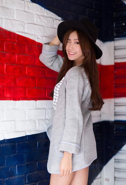 フリー写真 帽子を被ってウインクする女性