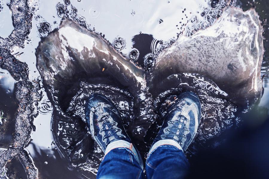 フリー写真 水たまりに入る足
