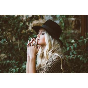 フリー写真, 人物, 女性, 外国人女性, 目を閉じる, 帽子, キャペリンハット, 金髪(ブロンド), 手を組む, 唇に指を当てる, 祈る(祈り)