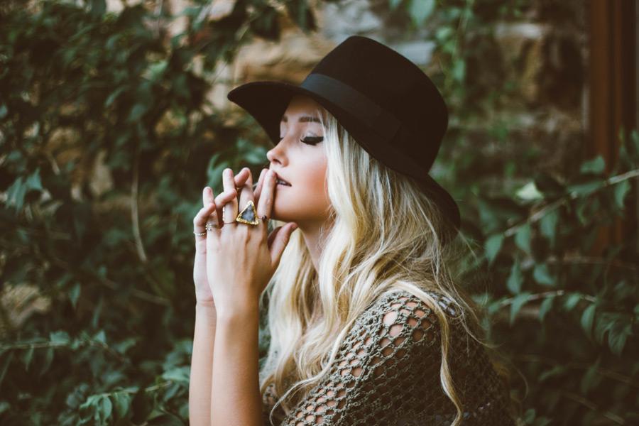 フリー写真 手を組んでお祈りする外国人女性