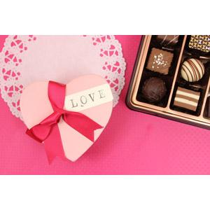 フリー写真, 食べ物(食料), 菓子, 洋菓子, チョコレート, 年中行事, 2月, バレンタインデー, プレゼント, ハート, 愛(ラブ), レース編み
