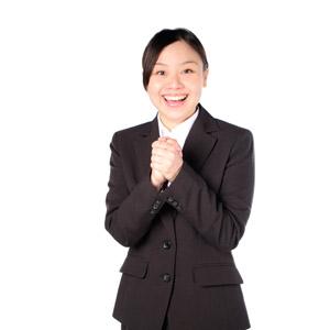 フリー写真, 人物, 女性, アジア人女性, 女性(00083), 日本人, ビジネス, 職業, ビジネスウーマン, OL(オフィスレディ), レディーススーツ, 手を組む, 喜ぶ(嬉しい), 白背景