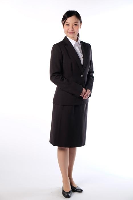 フリー写真 スーツ姿の女性社員の全身ショット