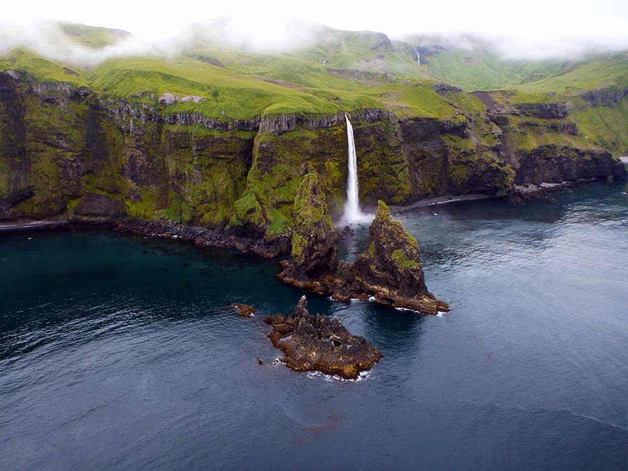 フリー写真 タナガ島の海岸の崖と滝の風景