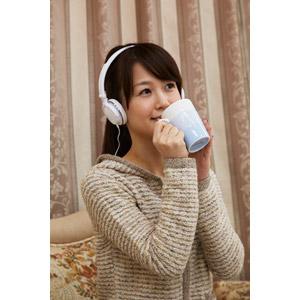 フリー写真, 人物, 女性, アジア人女性, 日本人, 女性(00025), 飲む, マグカップ, 音楽鑑賞, ヘッドホン(ヘッドフォン)