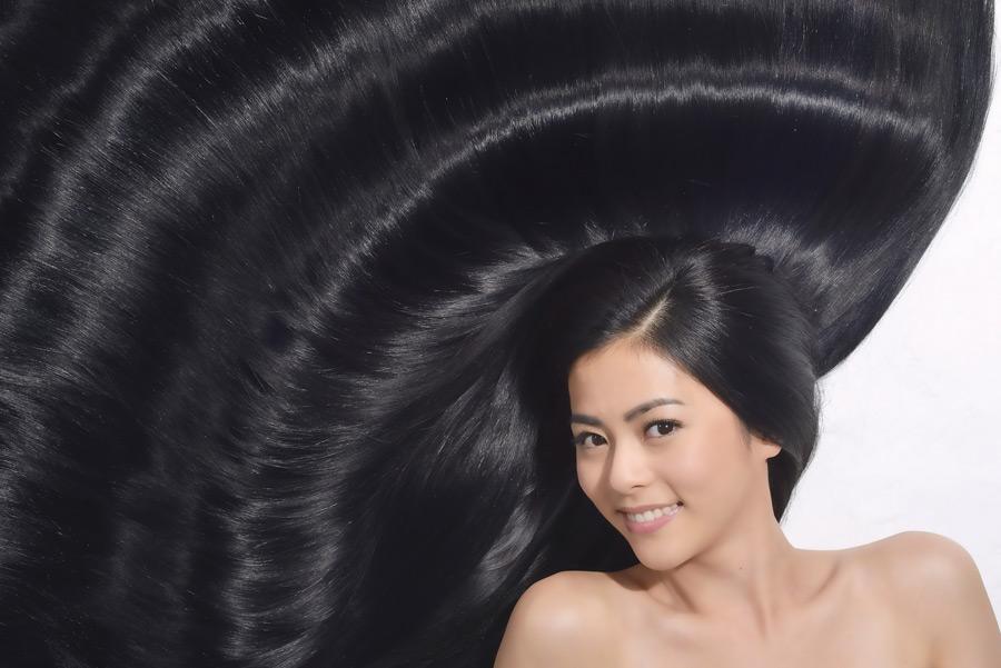 フリー写真 広がった長い黒髪の女性ポートレイト