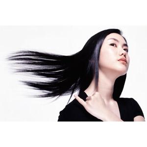 フリー写真, 人物, 女性, アジア人女性, 女性(00125), 髪の毛, ヘアケア, 髪の毛を振る, 小指を立てる, 白背景, 髪がなびく