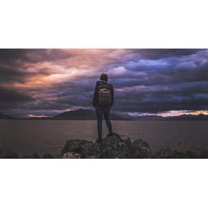 フリー写真, 人物, 後ろ姿, リュックサック(ナップサック), 人と風景, 暗雲, 暗雲, 湖, ユタ湖, ユタ州, 岩, アメリカの風景