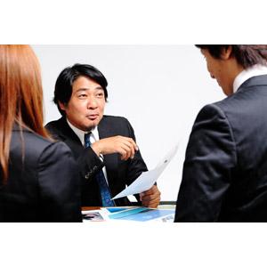 フリー写真, 人物, 集団(グループ), 男性(00087), 女性(00023), 男性(00024), 職業, 仕事, ビジネス, ビジネスマン, サラリーマン, ビジネスウーマン, 三人, 日本人, 仲間, 会議(ミーティング), 書類