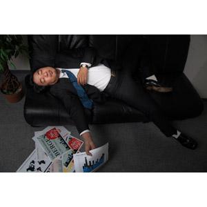 フリー写真, 人物, 男性, アジア人男性, 日本人, 男性(00087), 職業, 仕事, ビジネス, ビジネスマン, サラリーマン, 書類, 残業, 寝る(寝顔), メンズスーツ, オフィス, 寝転ぶ, 仰向け