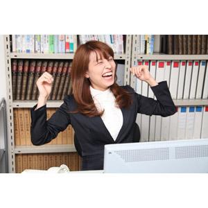 フリー写真, 人物, 女性, アジア人女性, 日本人, 女性(00023), ビジネス, 仕事, 職業, ビジネスウーマン, オフィス, 喜ぶ(嬉しい), 背伸び, 笑う(笑顔)