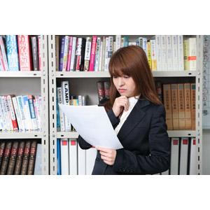 フリー写真, 人物, 女性, アジア人女性, 日本人, 女性(00023), ビジネス, 仕事, 職業, ビジネスウーマン, オフィス, 書類, 顎に手を当てる, 考える, 悩む