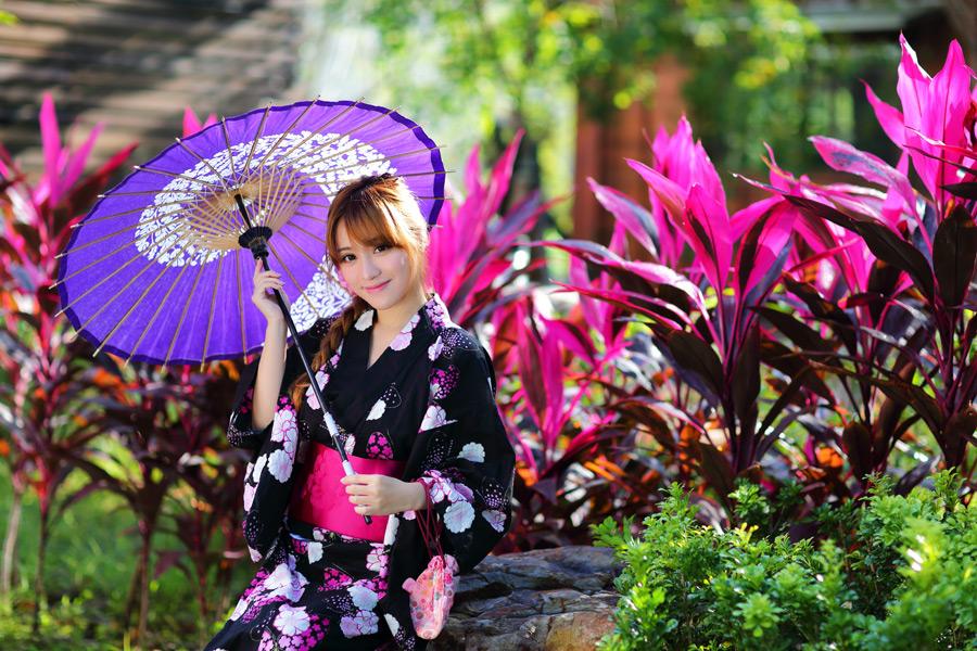 フリー写真 植物と浴衣姿で日傘を差す女性