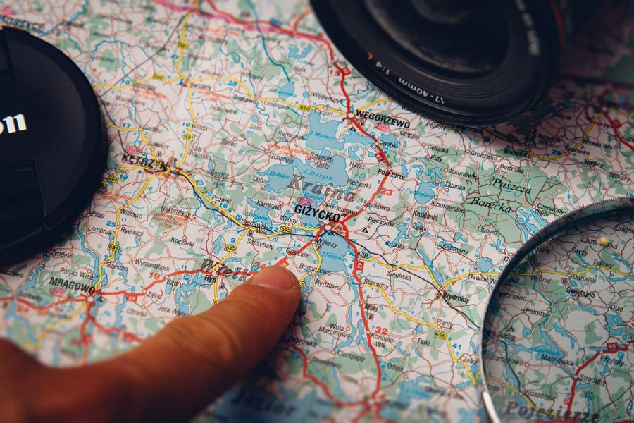 フリー写真 地図上の目的地を指差す人差し指