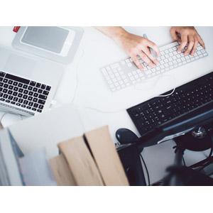 フリー写真, 人体, 手, 職業, 仕事, オフィス, オフィスデスク, デスクワーク, タイピング, 家電機器, パソコン(PC), ノートパソコン, キーボード(PC), ペンタブレット