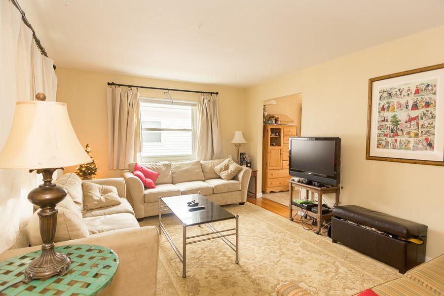 フリー写真 テレビとソファーのある部屋の風景