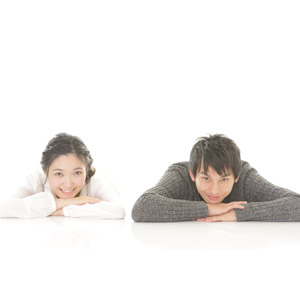 フリー写真, 人物, カップル, 恋人, 日本人, 女性(00037), 男性(00038), 二人, 白背景, 顎に手を当てる, 突っ伏す, 白背景