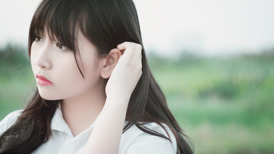 フリー写真 髪の毛をかき上げる女性のポートレイト