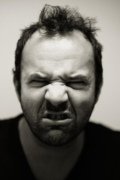 フリー写真 しかめっ面の外国人男性のポートレイト