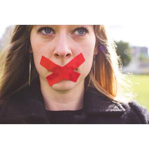 フリー写真, 人物, 女性, 外国人女性, 口を塞ぐ, バツ印, 禁止(ダメ), 秘密(内緒), 顔