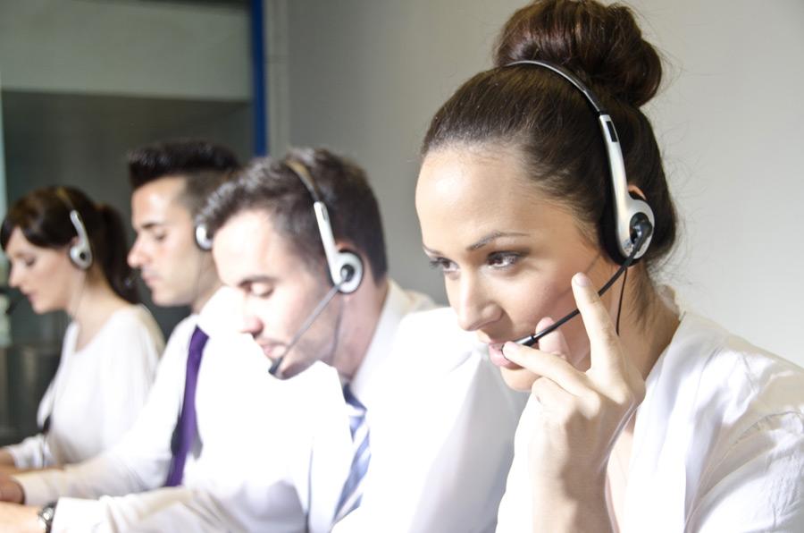 フリー写真 コールセンターで働く外国の人々