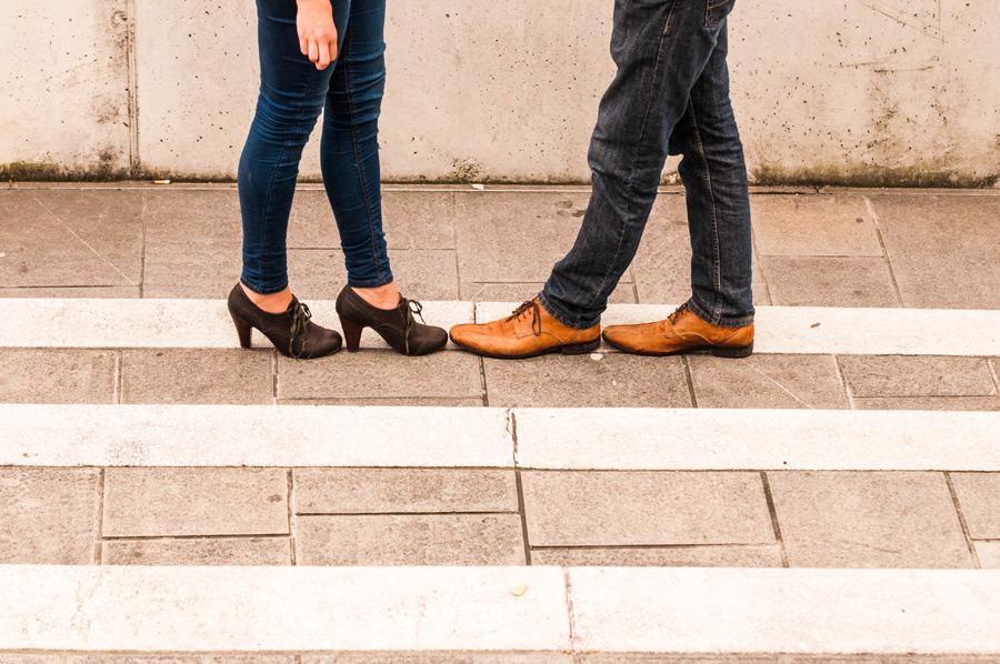 フリー写真 ジーンズを履いたカップルの脚