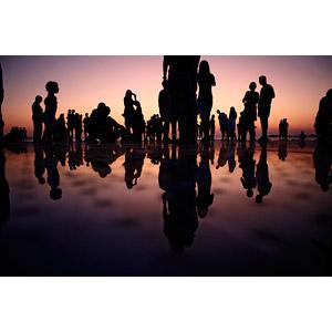 フリー写真, 人物, 人込み(人混み), シルエット(人物), 鏡像, 夕暮れ(夕方), 夕焼け, 人と風景