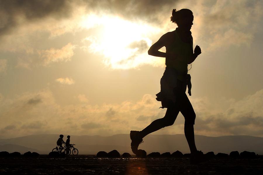 フリー写真 ジョギングする女性のシルエット