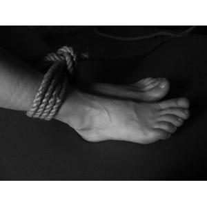 フリー写真, 人体, 足, 縄(ロープ), 拘束, モノクロ