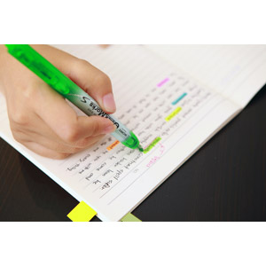 フリー写真, 人体, 手, 書く, 蛍光ペン, ノート, 勉強(学習)