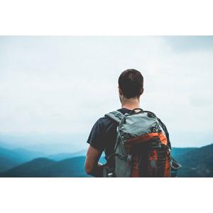 フリー写真, 人物, 男性, 外国人男性, 後ろ姿, バックパック, 眺める, 山, 登山