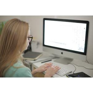 フリー写真, 人物, 女性, 外国人女性, 女性(00126), 家電機器, パソコン(PC), デスクトップパソコン, ディスプレイ(モニタ), 液晶ディスプレイ, アップル(Apple), キーボード(PC), タイピング, インターネット, 大学生, 学生(生徒)