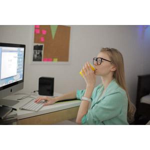 フリー写真, 人物, 女性, 外国人女性, 女性(00126), 家電機器, パソコン(PC), デスクトップパソコン, ディスプレイ(モニタ), 液晶ディスプレイ, アップル(Apple), キーボード(PC), インターネット, 大学生, 学生(生徒), 飲む
