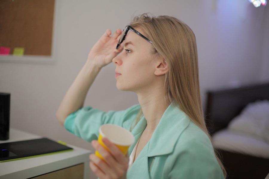 フリー写真 眼鏡をずらす外国人女性の横顔