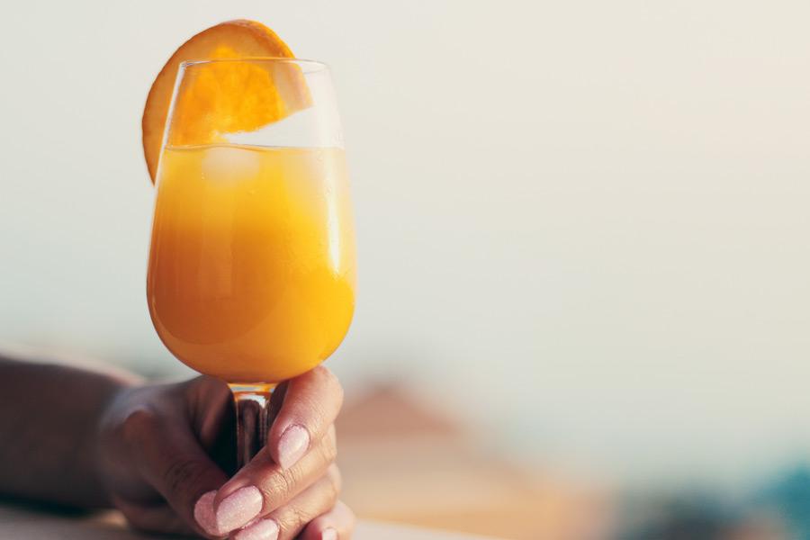フリー写真 手に持つオレンジジュース