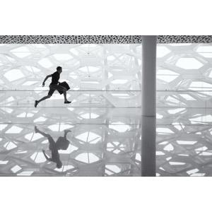 フリー写真, 人物, 男性, 走る, 遅刻, 人と風景, 空港, モノクロ, 鏡像