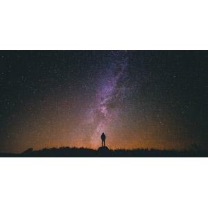 フリー写真, 風景, 夜, 夜空, 星(スター), 天の川, 人と風景, 眺める, 後ろ姿, シルエット(人物)