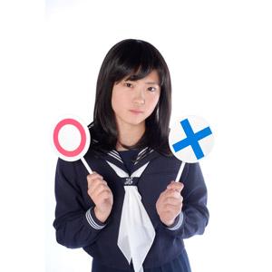 フリー写真, 人物, 少女, アジアの少女, 日本人, 少女(00048), 学生(生徒), 高校生, セーラー服(学生服), 学生服, マルバツ札, マル印, バツ印, 白背景