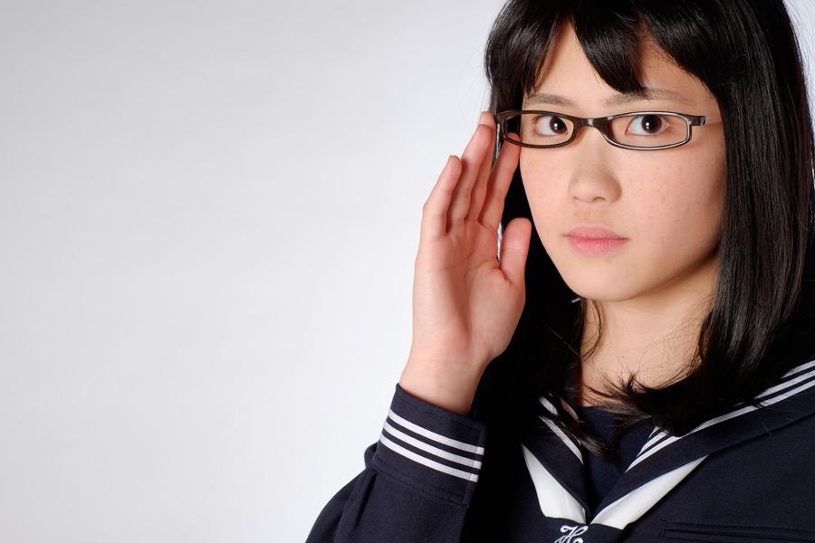 フリー写真 メガネをかけた女子高生