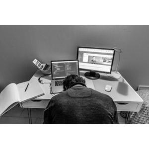 フリー写真, 人物, 男性, 外国人男性, 職業, 仕事, プログラマー, 家電機器, パソコン(PC), ノートパソコン, 液晶ディスプレイ, デスクワーク, 寝る(寝顔), 諦める, 力尽きる, 失望(絶望), 突っ伏す, モノクロ, ウェブクリエイター