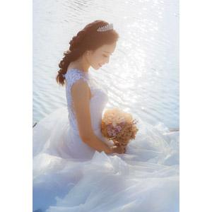 フリー写真, 人物, 女性, アジア人女性, ベトナム人, 花嫁(新婦), ウェディングドレス, 結婚式(ブライダル), 人と花, ブーケ, 俯く(下を向く)