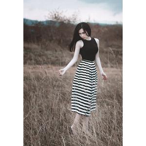 フリー写真, 人物, 女性, アジア人女性, ベトナム人, スカート, 人と風景, 草むら