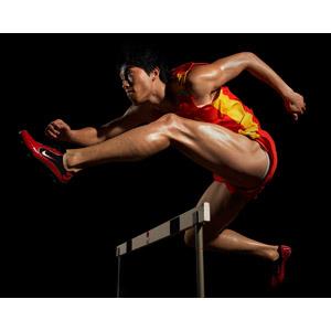 フリー写真, 人物, 男性, アジア人男性, 中国人, スポーツ, 陸上競技, ハードル競走, ハードル, 跳ぶ(ジャンプ), 黒背景