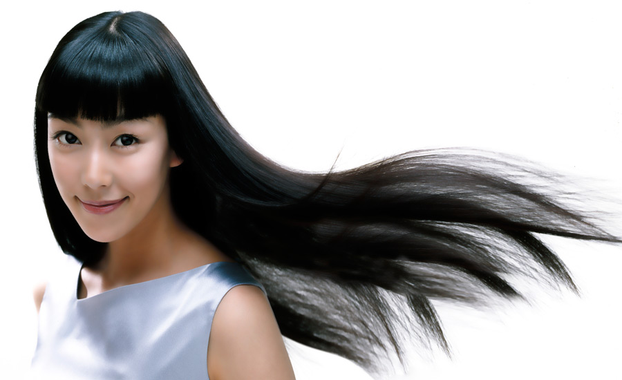 フリー写真 黒髪をなびかせる女性